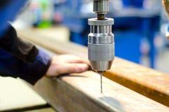 Βιομηχανικός εργάτης που τρυπά μια τρύπα με τρυπάνι Στοκ φωτογραφία με δικαίωμα ελεύθερης χρήσης