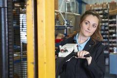 Βιομηχανικός εργάτης που χρησιμοποιεί τροφοδοτημένο forklift για να φορτώσει τα αγαθά στοκ φωτογραφία με δικαίωμα ελεύθερης χρήσης