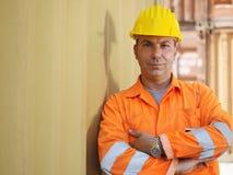 Βιομηχανικός εργάτης στην αποθήκη εμπορευμάτων Στοκ Φωτογραφίες