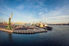 Βιομηχανικός θαλάσσιος λιμένας σιδηροδρόμων φορτίου, διαστρέβλωση ματιών ψαριών στοκ φωτογραφία