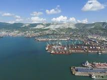 Βιομηχανικός θαλάσσιος λιμένας, τοπ άποψη Γερανοί λιμένων και φορτηγά πλοία και BA Στοκ εικόνα με δικαίωμα ελεύθερης χρήσης