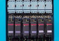 Βιομηχανικός θαλαμίσκος ελέγχου hvac με πολύ ηλεκτρικό εξοπλισμό στοκ εικόνες με δικαίωμα ελεύθερης χρήσης