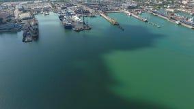 Βιομηχανικός θαλάσσιος λιμένας, τοπ άποψη Γερανοί λιμένων και φορτηγά πλοία και φορτηγίδες απόθεμα βίντεο