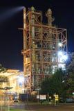 Βιομηχανικός καπνός εξαερισμού πύργων τη νύχτα στοκ φωτογραφία