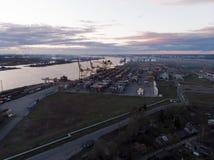 Βιομηχανικός λιμένας με τα εμπορευματοκιβώτια Στέλνοντας φορτίο στο λιμάνι από το γερανό στην εξαγωγή, την επιχείρηση εισαγωγών κ Στοκ φωτογραφία με δικαίωμα ελεύθερης χρήσης