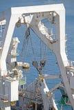 Βιομηχανικός λογιστικός στέλνοντας γερανός στο σκάφος στοκ φωτογραφίες
