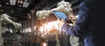 Βιομηχανικός μηχανικός διευθυντών που χρησιμοποιεί την ταμπλέτα για τον έλεγχο στοκ φωτογραφία με δικαίωμα ελεύθερης χρήσης