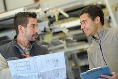 Βιομηχανικός μηχανικός που συζητά το σχέδιο στοκ εικόνα με δικαίωμα ελεύθερης χρήσης