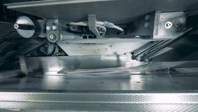 Βιομηχανικός μηχανισμός και διπλωμένο έγγραφο που κινούνται κατά μήκος του απόθεμα βίντεο