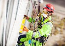Βιομηχανικός ορειβάτης κατά τη διάρκεια των εργασιών απομαργαρίνωσης Στοκ Φωτογραφία