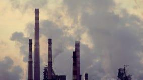 Βιομηχανικός σωλήνας που μολύνει το περιβάλλον με τη σκόνη απόθεμα βίντεο