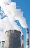 Βιομηχανικός σωρός καπνού των εγκαταστάσεων παραγωγής ενέργειας άνθρακα Στοκ Εικόνες