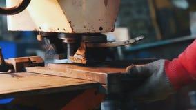 Βιομηχανικός χειριστής που χρησιμοποιεί τη μηχανή διατρήσεων Τρύπες που τρυπούν με τρυπάνι στο φύλλο μετάλλων φιλμ μικρού μήκους