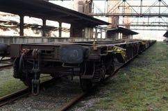 Βιομηχανικό βαγόνι εμπορευμάτων στον παλαιό εγκαταλειμμένο βιομηχανικό σιδηροδρομικό σταθμό στην Πράγα Στοκ Φωτογραφία