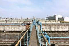 Βιομηχανικό διάστημα με τα μέρη των σωλήνων και των ανακοινώσεων σχετικά με ένα υπόβαθρο του μπλε ουρανού παλαιό εργοστάσιο επεξε Στοκ φωτογραφία με δικαίωμα ελεύθερης χρήσης