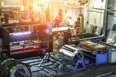 Βιομηχανικό εργαστήριο ή υπόστεγο στην παραγωγή των συστημάτων εξαερισμού Μεταλλουργικό αφηρημένο υπόβαθρο εργοστασίων Στοκ εικόνες με δικαίωμα ελεύθερης χρήσης