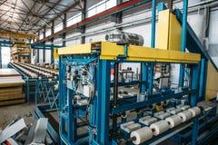 Βιομηχανικό εργαστήριο για τη γραμμή παραγωγής επιτροπής σάντουιτς θερμικής μόνωσης για την κατασκευή, εργαλειομηχανές, μεταφορέα Στοκ εικόνες με δικαίωμα ελεύθερης χρήσης