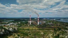 Βιομηχανικό εργοστάσιο εξωτερικό με τον καπνό από την καπνοδόχο Εναέριο τοπίο απόθεμα βίντεο