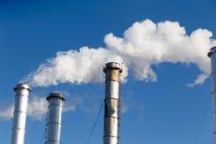 Βιομηχανικό εργοστάσιο σωλήνων που οδηγεί στην παγκόσμια αύξηση της θερμοκρασίας λόγω του φαινομένου του θερμοκηπίου Στοκ Εικόνες