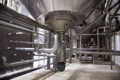 Βιομηχανικό εσωτερικό ενός εργοστασίου οινοπνεύματος Στοκ Φωτογραφίες