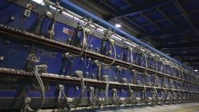 Βιομηχανικό εσωτερικό, κλίβανος σηράγγων για το ψήσιμο των κεραμικών κεραμιδιών, παραγωγή των κεραμικών κεραμιδιών, εργοστάσιο γι απόθεμα βίντεο