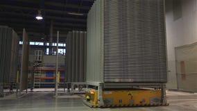 Βιομηχανικό εσωτερικό, παραγωγή των κεραμικών κεραμιδιών, σύγχρονη πλατφόρμα οχημάτων εργοστασίων εσωτερική, ηλεκτρική αυτοματοπο απόθεμα βίντεο