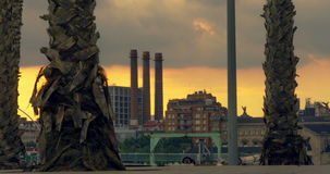 βιομηχανικό ηλιοβασίλε&mu Timelapse των σύννεφων πέρα από τα βιομηχανικά κτήρια απόθεμα βίντεο