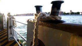 Βιομηχανικό κατάστρωμα με το σχοινί πρόσδεσης, μεταφορά φορτίου, θαλάσσιος γύρος στοκ φωτογραφίες
