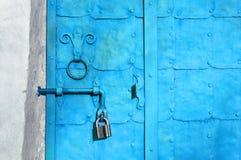 Βιομηχανικό κατασκευασμένο υπόβαθρο - grunge τυρκουάζ πόρτα μετάλλων Στοκ φωτογραφία με δικαίωμα ελεύθερης χρήσης