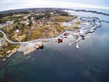 Βιομηχανικό κτήριο στη νορβηγική ακτή στοκ φωτογραφία
