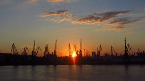 Βιομηχανικό λιμάνι στο σούρουπο στοκ φωτογραφίες