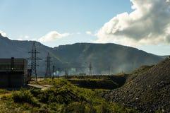 Βιομηχανικό ορυχείο στα βουνά στοκ εικόνα με δικαίωμα ελεύθερης χρήσης