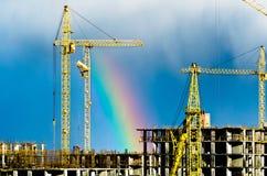 Βιομηχανικό ουράνιο τόξο βροχής πόλεων γερανών κατασκευής Στοκ φωτογραφία με δικαίωμα ελεύθερης χρήσης