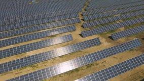 Βιομηχανικό περιβάλλον ερήμων μονάδων ηλιακών πλαισίων που παράγει τη ανανεώσιμη ενέργεια απόθεμα βίντεο
