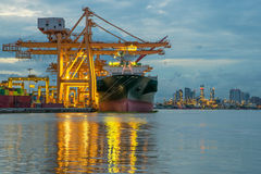 Βιομηχανικό σκάφος φορτίου φορτίου εμπορευματοκιβωτίων με το λειτουργώντας γερανό bridg Στοκ Εικόνες