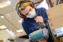 Βιομηχανικό στρώνοντας με άμμο προϊόν εργαζομένων επίπλων Στοκ Εικόνες