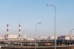 βιομηχανικό τοπίο Εγκαταστάσεις θέρμανσης και οδογέφυρα στοκ εικόνες με δικαίωμα ελεύθερης χρήσης