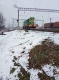 βιομηχανικό τοπίο Σιδηρόδρομος και μετακινώντας ατμομηχανή diesel στοκ φωτογραφία με δικαίωμα ελεύθερης χρήσης