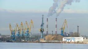 Βιομηχανικό τοπίο το χειμώνα (άνθρωποι, σωλήνας, καπνός, γερανοί, ατμός) απόθεμα βίντεο