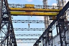 Βιομηχανικό υπόβαθρο: βιομηχανικές εγκαταστάσεις κινηματογραφήσεων σε πρώτο πλάνο μονωτών σχεδίου Στοκ Φωτογραφίες