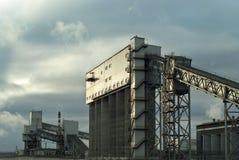 Βιομηχανικό υπόβαθρο με ένα τεμάχιο κάποιας βιομηχανικής κατασκευής στοκ εικόνα