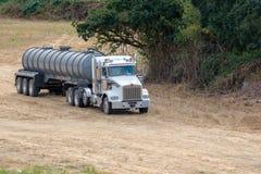 Βιομηχανικό φορτηγό ρυμουλκών παράδοσης νερού στοκ φωτογραφία