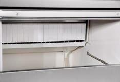 Βιομηχανικό ψυγείο για τους καφέδες και αποσυνδεμένο το εστιατόρια ι Στοκ φωτογραφία με δικαίωμα ελεύθερης χρήσης