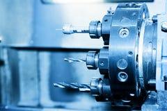 Βιομηχανικό CNC κινηματογράφηση σε πρώτο πλάνο τρυπώντας με τρυπάνι και τρυπώντας μηχανών Στοκ Εικόνες