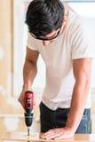 Βιοτέχνης ή άτομο DIY που εργάζεται με το τρυπάνι δύναμης Στοκ φωτογραφία με δικαίωμα ελεύθερης χρήσης