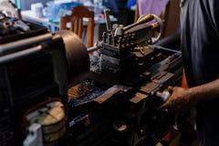 Βιοτέχνης Ασιατών που είναι επεξεργασμένος στη μηχανή χάλυβας σε ένα εργοστάσιο Στοκ φωτογραφία με δικαίωμα ελεύθερης χρήσης