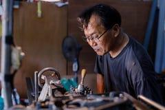 Βιοτέχνης Ασιατών που είναι επεξεργασμένος στη μηχανή χάλυβας σε ένα εργοστάσιο Στοκ Φωτογραφίες