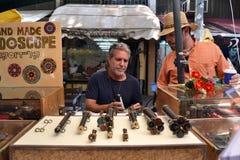 Βιοτέχνης καλειδοσκόπιων στην αγορά του Τελ Αβίβ στοκ φωτογραφίες