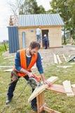 Βιοτέχνης που εργάζεται με το κυκλικό πριόνι Στοκ φωτογραφία με δικαίωμα ελεύθερης χρήσης