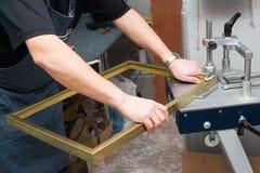 Βιοτέχνης που εργάζεται στο πλαίσιο στο frameshop Επαγγελματικό framer Τοπ όψη Στοκ Εικόνες